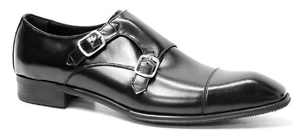 僧侣鞋的名字来自它标志性的横向搭带。15世纪,意大利境内阿尔卑斯山的修道士们设计出了一种皮带横跨脚面、有金属扣环的便鞋。这种独特的搭带设计,实用且美观,在系带鞋履尚未盛行的当时,很快流行了开来,被赋予僧侣搭带的名字。   僧侣鞋的正式程度稍逊于牛津鞋,是搭配正装很庄重的选择,双搭带僧侣鞋尤是,它同时也能兼任和牛仔裤、奇诺裤甚至短裤的休闲搭配,松开上面的搭带,像时尚大亨一样潇洒自我。   僧侣鞋(monk shoes,也常被音译做孟克鞋)的名字来自它标志性的横向搭带。15世纪,意大利境内阿尔卑斯山